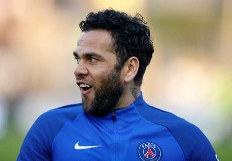 Daniel Alves durante aquecimento antes de partida do Paris Saint-Germain pelo Campeonato Francês 04/05/2018 REUTERS/Pascal Rossignol