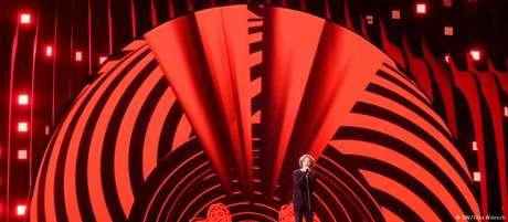 """O alemão Michael Schulte canta """"You let me walk alone"""", canção que fala de seus sentimentos após a morte do pai"""