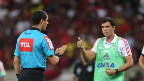 Maurício Barbieri durante o jogo entre Flamengo e Ponte Preta (Foto: Paulo Sérgio/Agência F8)