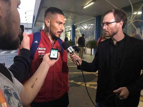 Guerrero atende os jornalistas na chegada em Chapecó (Reprodução Twitter Flamengo)