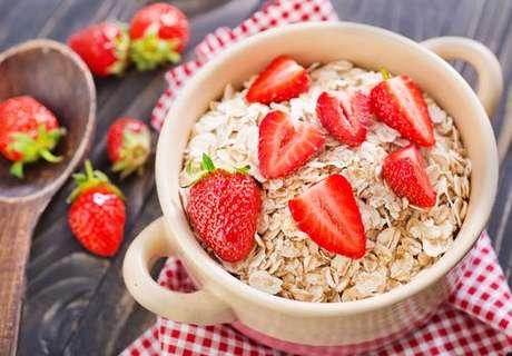 Cereal servido com pedaços de morango