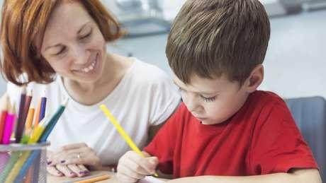 Ajudar crianças a organizar o ambiente e o tempo de estudo em casa é um fator primordial
