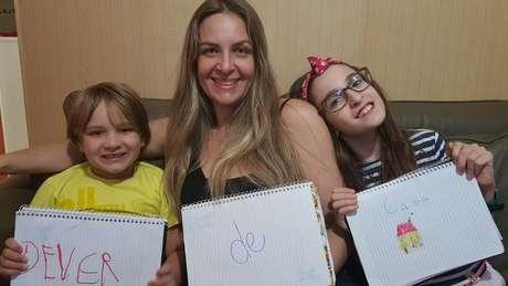 Cristina Dorneles com os filhos Davi e Maria Rita: ela tenta dar autonomia aos filhos nas tarefas de casa