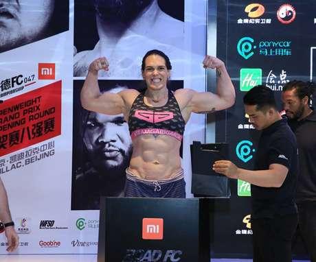 Brasileira pesou cerca de 106kg antes da luta, contra aproximadamente 87kg da rival russa (Foto: ROAD FC)