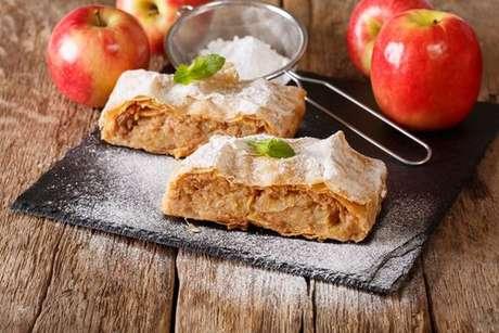 Fatias de strudel de maçã com açúcar polvilhado