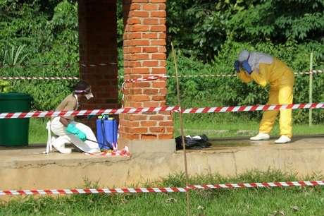 Agente de saúde recebe spray de clorina após visitar área isolada de hospital que recebeu paciente com suspeita de Ebola em Bikoro, na República Democrática do Congo 12/05/2018 REUTERS/Jean Robert N'Kengo