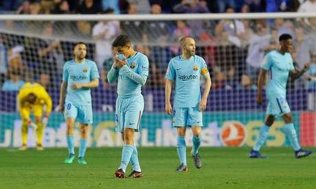 Jogadores do Barcelona durante derrota para o Levante 13/05/2018 REUTERS/Heino Kalis