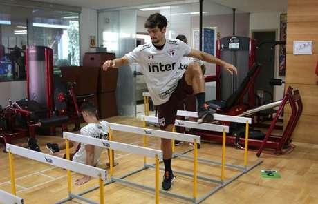 Rodrigo Caio realizou trabalho de fortalecimento muscular no Reffis nesta manhã (Rubens Chiri/saopaulofc.net)