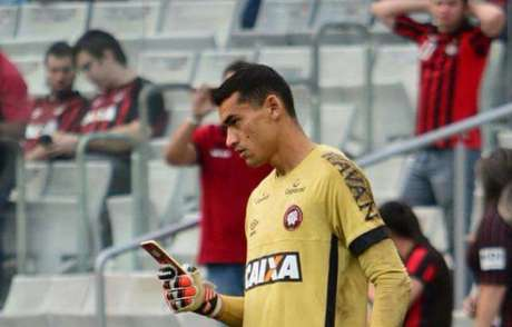 Goleiro Santos causou estranheza com sua atitude antes do jogo do Atlético-PR (Reprodução SporTV)