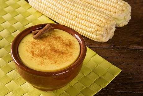 Canjica de milho verde polvilhada com canela
