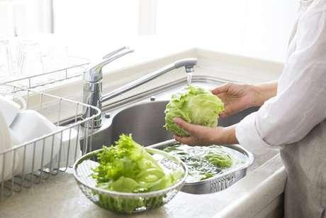 Mulher lavando a alface