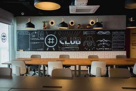 4. Nesse espaço, as pessoas dividem as mesas. Foto por Daniela Cano