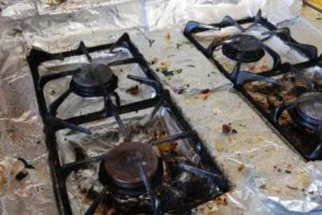 Papel-alumínio utilizado para forrar fogão