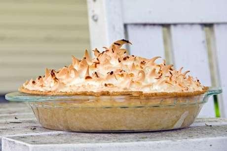 Torta de coco cremosa na travessa com merengue maçaricado