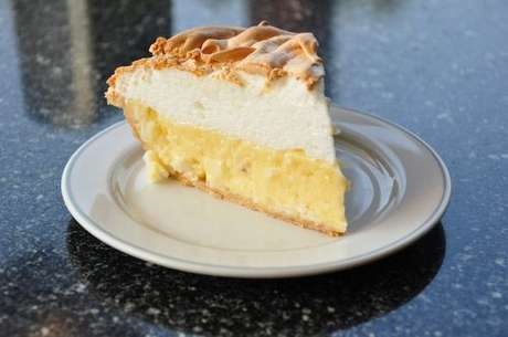 Fatia de torta de coco cremosa