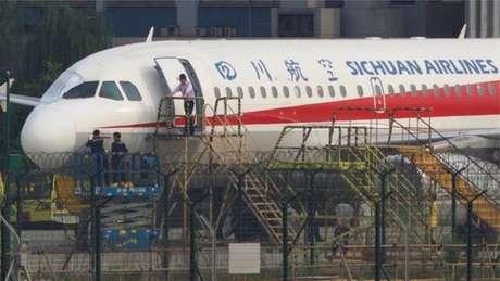 Técnicos inspecionam avião que teve para-brisa quebrado durante voo