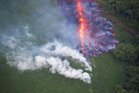 Lava emerge de fissura no solo resultante de erupção do vulcão Kilauea no Havaí 13/05/2018 REUTERS/Terray Sylvester