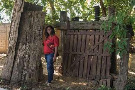 Rejane Maria da Costa posa para foto em seu quintal, em Búzios  Cortesia de Luiz Guilherme Fernandes