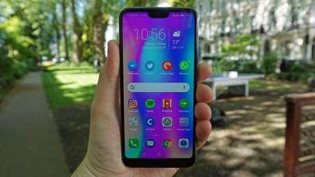 Ao invés de trazer uma tela OLED, o display é de LCD, o que automaticamente ajuda a baratear o custo do smartphone (Imagem: Tech Radar)