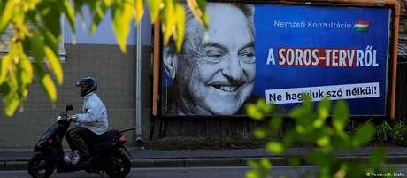 """Outdoor do governo da Hungria contra Soros: OSF acusa """"ambiente político e legal cada vez mais repressivo"""" no país"""