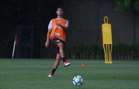 Zagueiro deve voltar a jogar neste domingo e tentar deixar para trás a frustração (Rubens Chiri/saopaulofc.net)