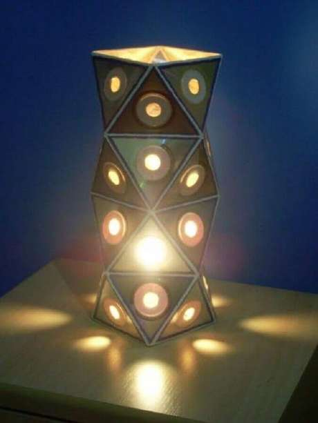 33. Modelo de abajur feito para decoração com CD