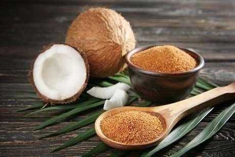 Açúcar de coco na colher de pau