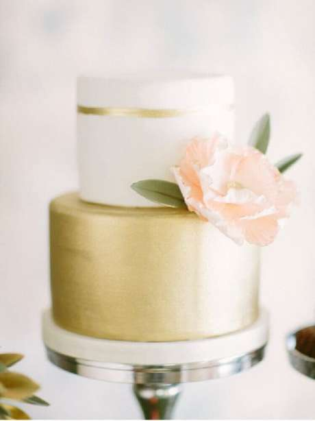 18. O bolo de casamento branco também pode receber outras cores, como esse bolo de casamento 2 andares branco e dourado