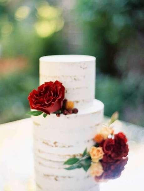 19. As flores trazem mais cores para o bolo simples de casamento