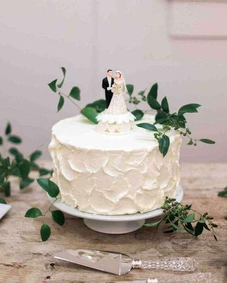 32. Bolo de casamento branco com decoração simples