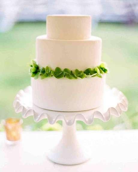 11. Modelo de prato para bolo de casamento branco e simples