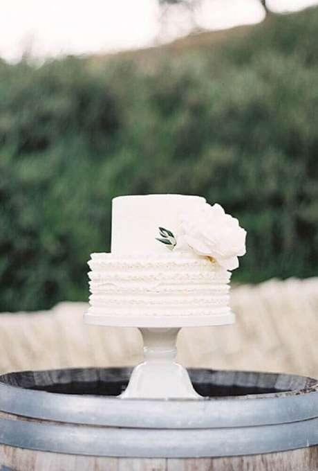 39. Bolo de casamento branco com dois andares