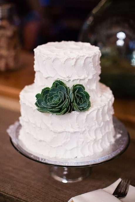 14. Lindo e simples bolo de casamento branco decorado com suculentas