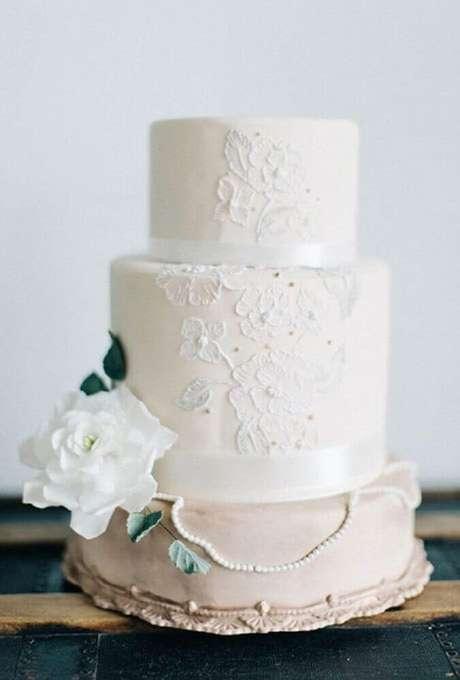50. Bolo de casamento branco e simples