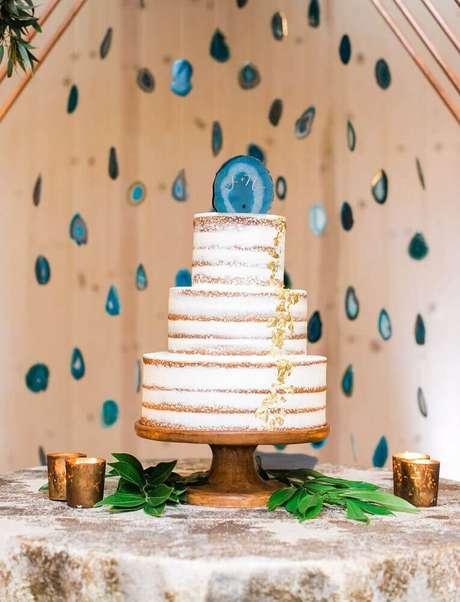 1. Mesa com decoração rústica com bolo simples de casamento