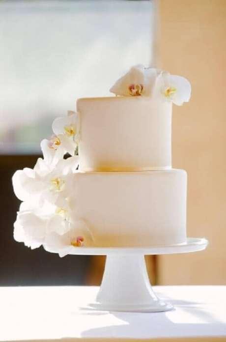13. Bolo simples de casamento que ganhou sofisticação pois foi decorado com orquídeas brancas