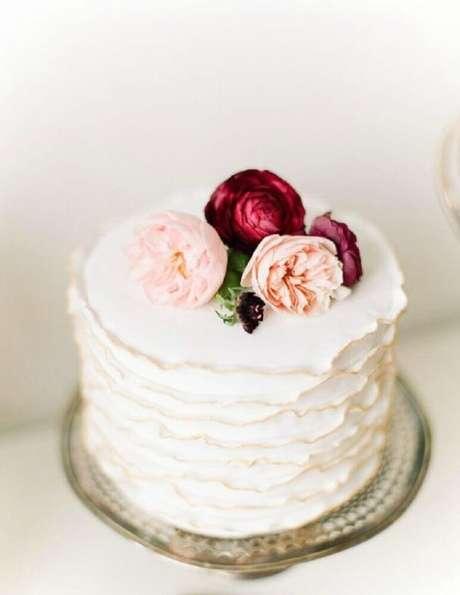 23. Bolo de casamento simples com rosas no topo
