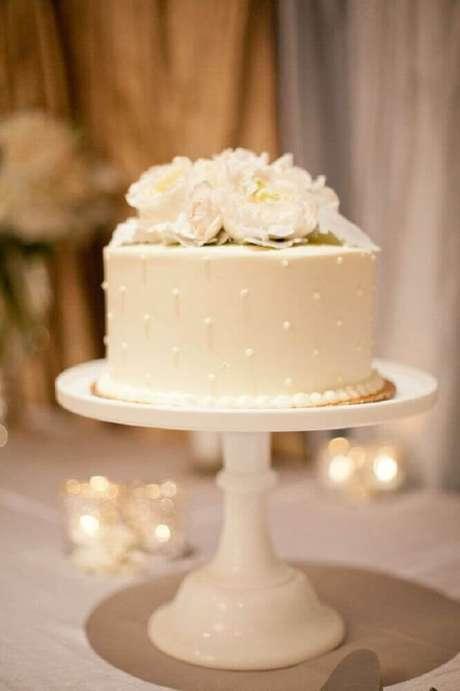 27. Os modelos pequenos de bolo de casamento branco são super delicados
