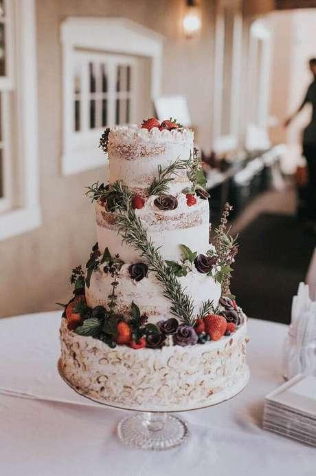 24. Lindo bolo de casamento branco decorado com flores e frutas