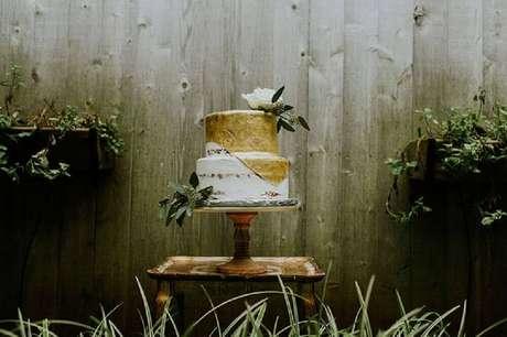 26. Decoração de bolo simples de casamento rústico