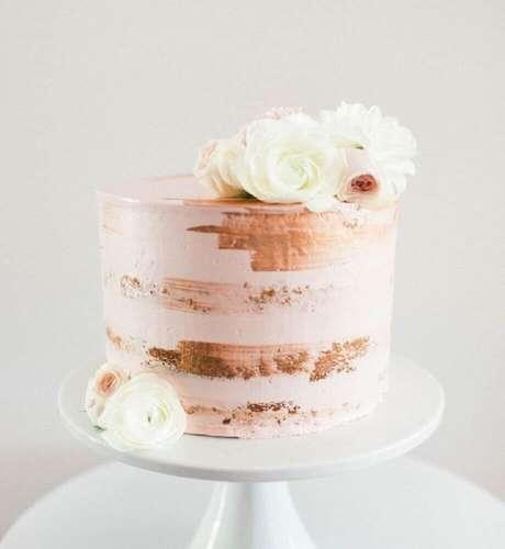 30. Bolo simples de casamento com decoração rústica e rosas no topo