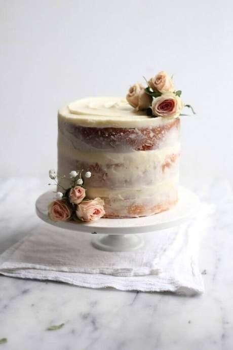 33. Bolo simples de casamento com flores decorando