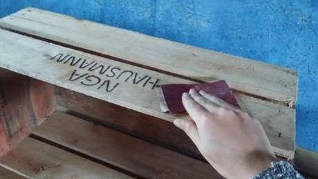 12. Parte essencial de como fazer nichos de madeira é lixar o material