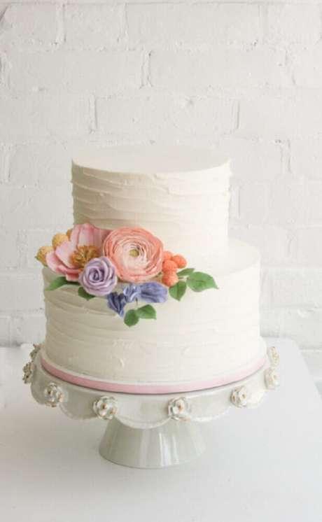 45. Decoração com flores super delicadas para bolo de casamento branco