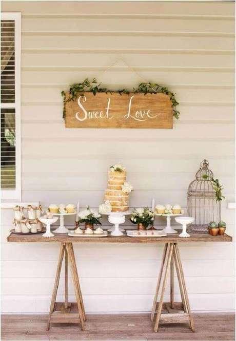 34. Decoração de mesa com bolo simples de casamento