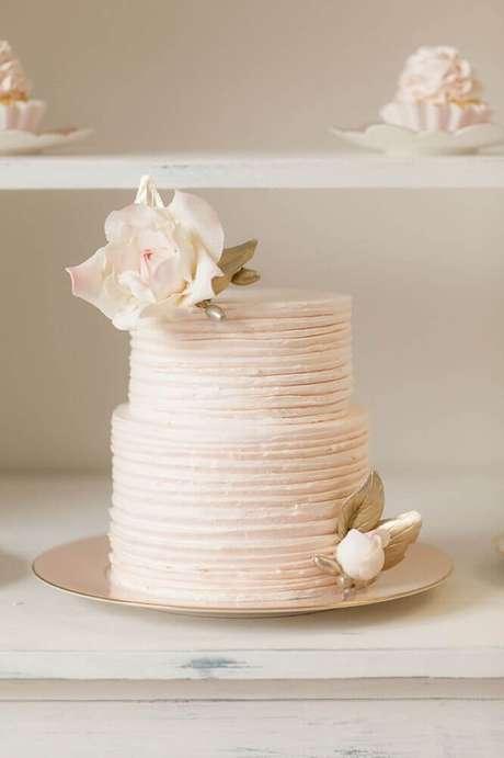 47. Decoração delicada e romântica para bolo de casamento branco