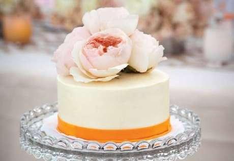 40. Decoração para bolo simples de casamento