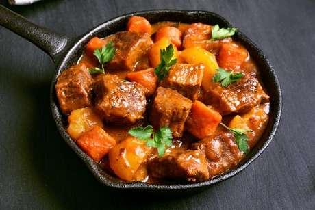 Receita de guisado de carne com batata e cenoura: fácil e rápido de fazer