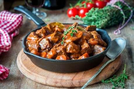 Receita de guisado de carne com batata e cenoura: feito em uma única panela