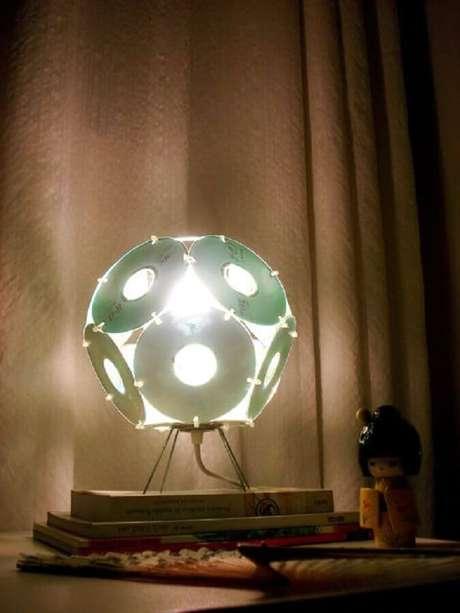 11. Decoração com CD que se tornou uma linda luminária